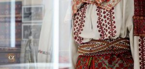 Read more about the article Costum autentic vs costum contrafăcut